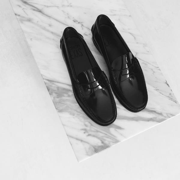 Los mocasines básicos negros son la nueva pieza de deseo de Maison Texas.