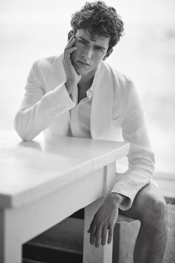 El modelo Xavier Serrano protagoniza la campaña de verano de Avellaneda.