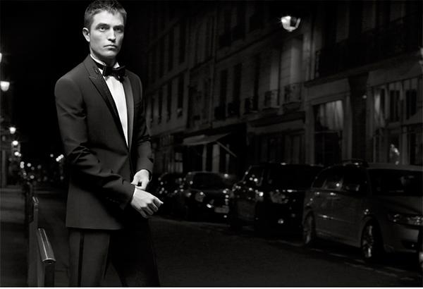 Robert Pattinson con un elegante esmoquin de Dior Homme.